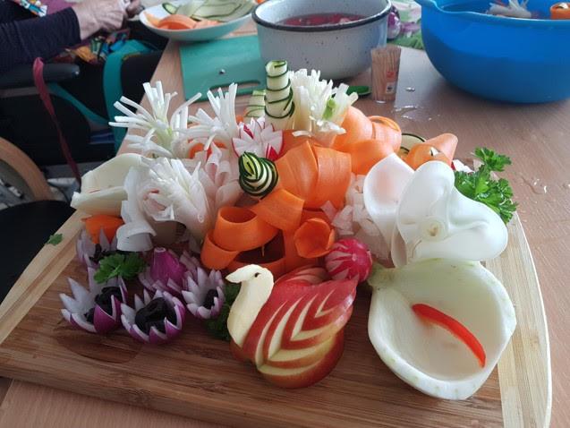 kunstvoll geschnittenes Gemüse und Obst - Care Vita