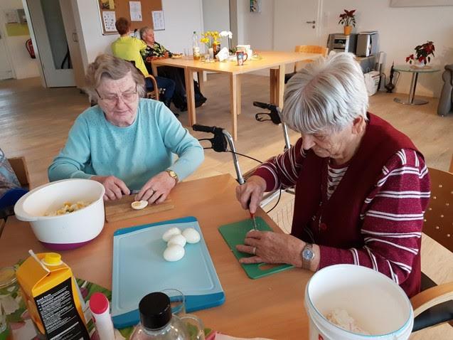 Gemeinsam beim Kochen helfen - Care Vita